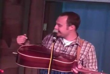 Oiseau interrompt un concert et chante le long