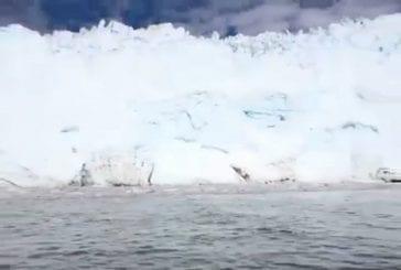 Vague massive causée par l'effritement glacier