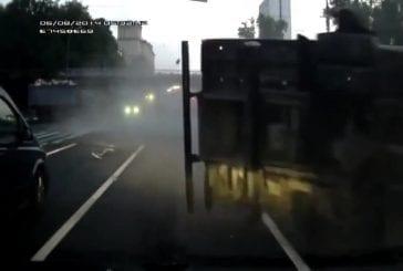 Garbagetruck emboutit un camion de remorquage