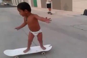 Enfant de deux ans sur une planche à roulettes
