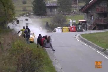 Voiture de course fonce dans un groupe de spectacteurs