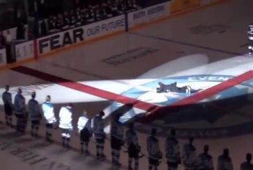 Marque Donnelly trébuche sur tapis tout en chantant l'hymne canadien