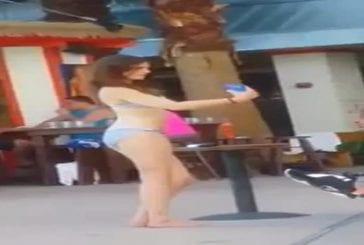 Cette fille a besoin d'une bonne minute pour prendre une selfie bikini