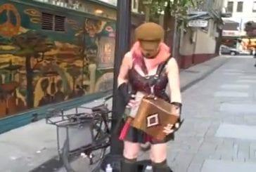 Joueur d'accordéon punk et des religieuses