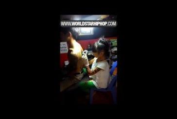 Un tatoué douze années vieil artiste donnant un client un tatouage en Thaïlande