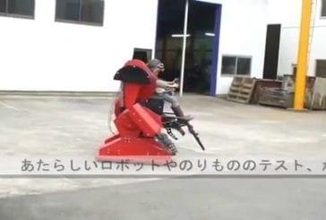 Enfant japonais avec un costume mécanique