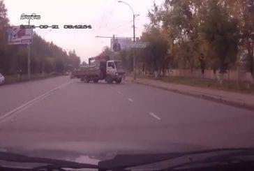 Un homme de la police saute dans une voiture pendant une course-poursuite à grande vitesse