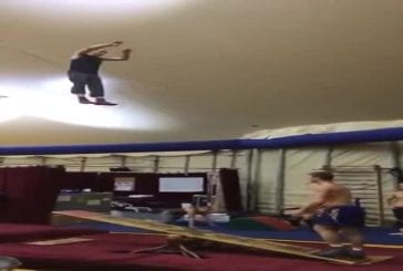 Deux gars qui font des acrobaties incroyables sur une balançoire