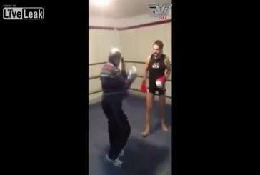 Vieil homme renverse boxeur