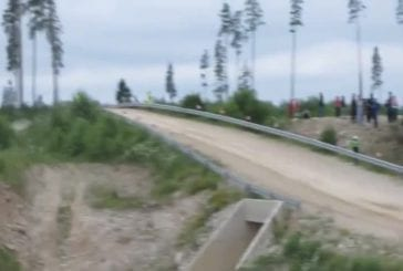Rallye voiture vole dans les airs après grand saut