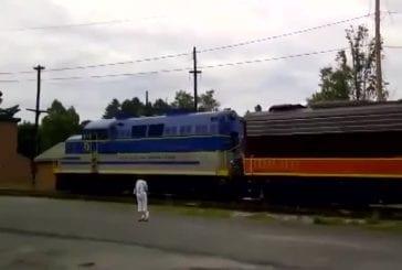 Mec excité aime trains