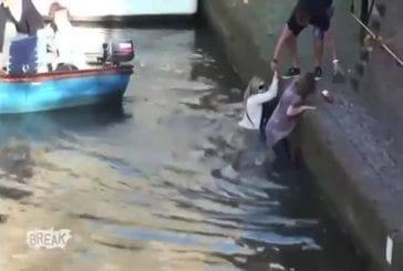 Touristes tombent dans le canal