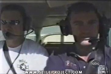 Chien flottant en apesanteur dans un avion