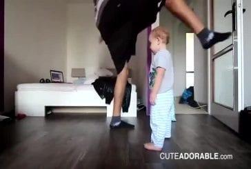 Adorable enfant de 2 ans fait du break dance avec son père