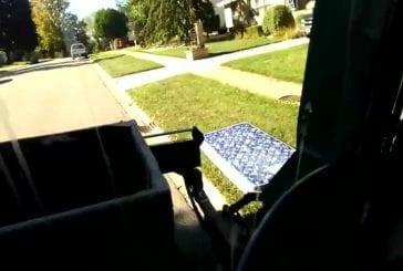 Type obtient matelas dans le camion à ordures en utilisant uniquement la griffe
