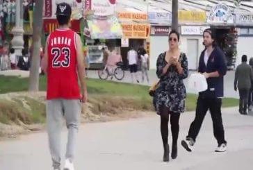 Comment complimenter seins en public