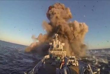 Marine norvégienne en utilisant vieux navire de guerre en tant que pratique de cible