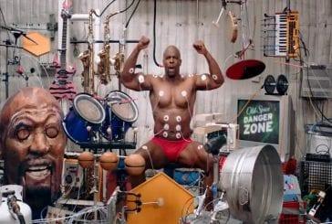 Terry Crews jouer de la batterie avec des muscles