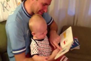 Bébé découvre un livre hilarant