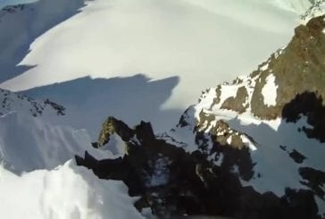 Skieur tombe d'une immense falaise rocheuse