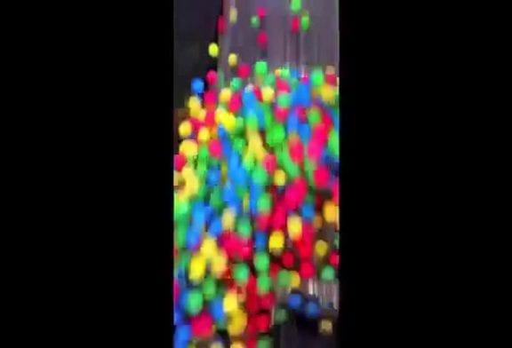 Jeter des balles sur un escalator