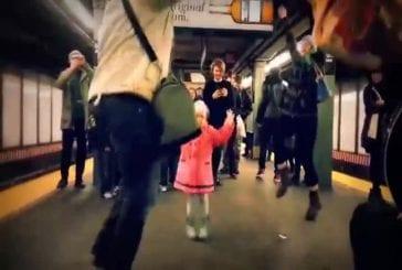 Adorable moment dans le métro