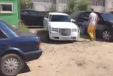 Garé au mauvais endroit bloquant la mauvaise voiture