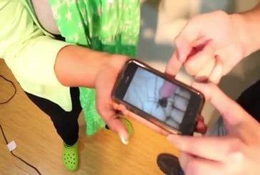 Fou tour du téléphone mobile avec une araignée