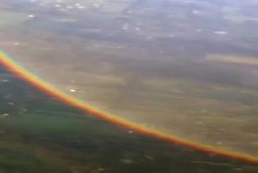 Ce est ce que un arc en ciel ressemble à d'un avion