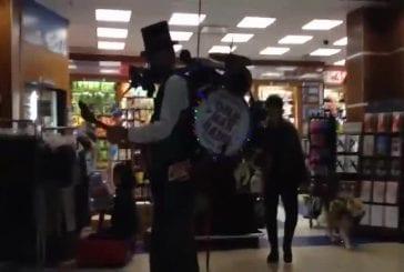 One man band à l'aéroport