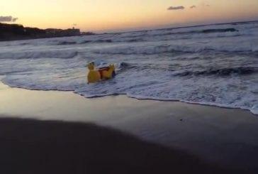 Un legoman mystérieux géant apparu sur une plage japonaise