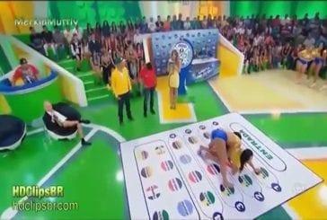 Poussins brésiliens jouant twister