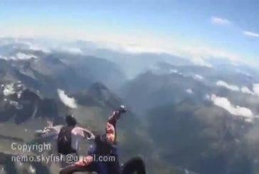 Près de l'impact et de l'atterrissage de parachutiste au sommet d'une montagne