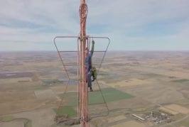 Changer une ampoule au sommet d'une tour de 500 mètres de haut