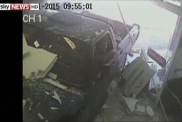 Camion se écrase dans le bureau de l'employé de bureau