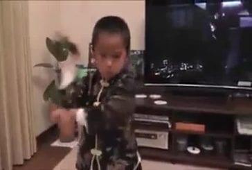 Petit enfant veut être bruce lee