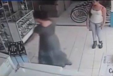 Femme vole une télé plasma sous sa jupe
