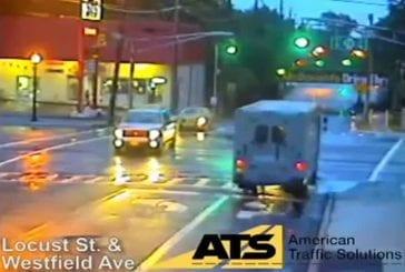 Voiture s'envole sur un feu rouge suite à une collision