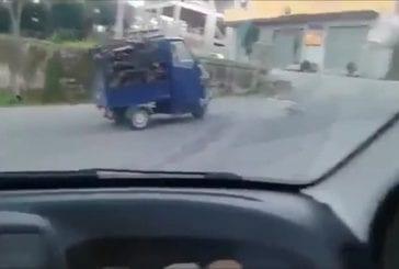 Observateurs hystériques en train de filmer un mini voiture qui ne parvient pas à gravir une côte