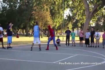 Spiderman joue au basket