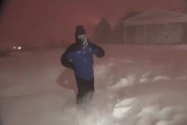 Météorologue hyper content suite à un coup de tonnerre dans la neige