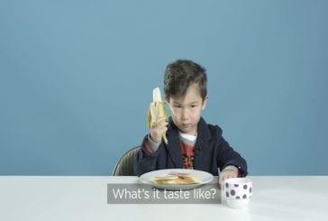 Enfants américains goutent le petit déjeuner des différents pays du monde