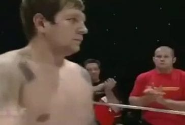 Russe au regard qui tue avant un combat de MMA
