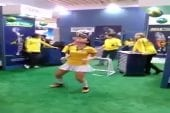 Brésilienne sexy joue au football