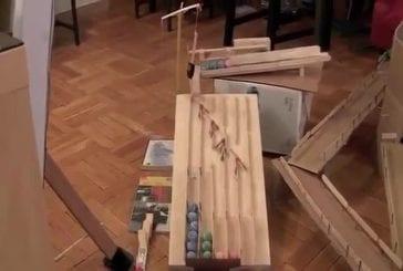 Machine de Rube Goldberg de l'ouvre-porte