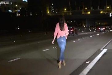 Fille bourrée marche sur l'autoroute