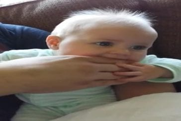Premier bavardage d'un adorable bébé