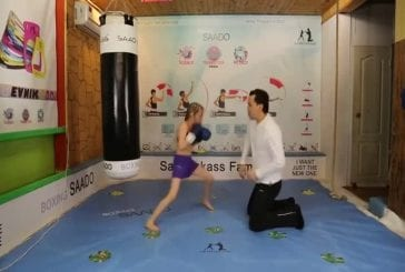 Huit années jeune fille de la boxe impressionnante
