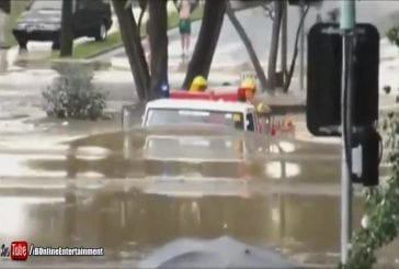 Camion de pompiers conduit à travers 11ft inondation