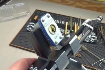 Master Lock ouvert avec une attache de câble en plastique